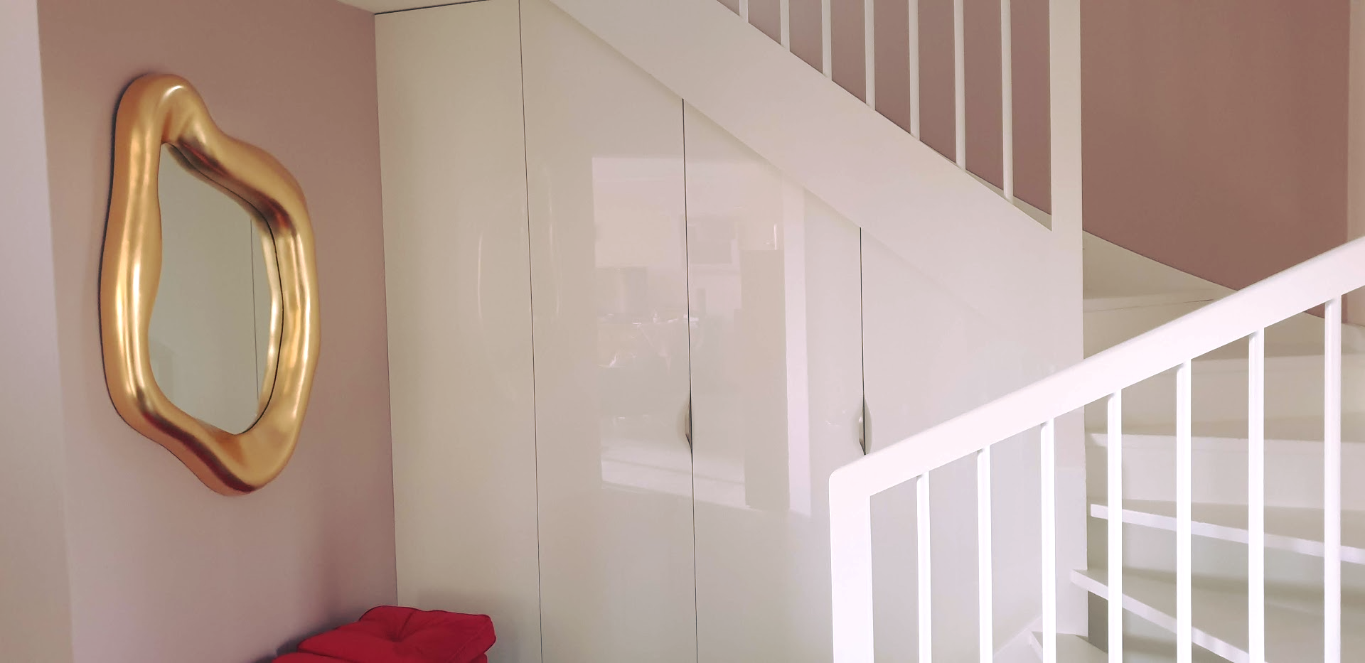 placard sous escalier blanc laqué
