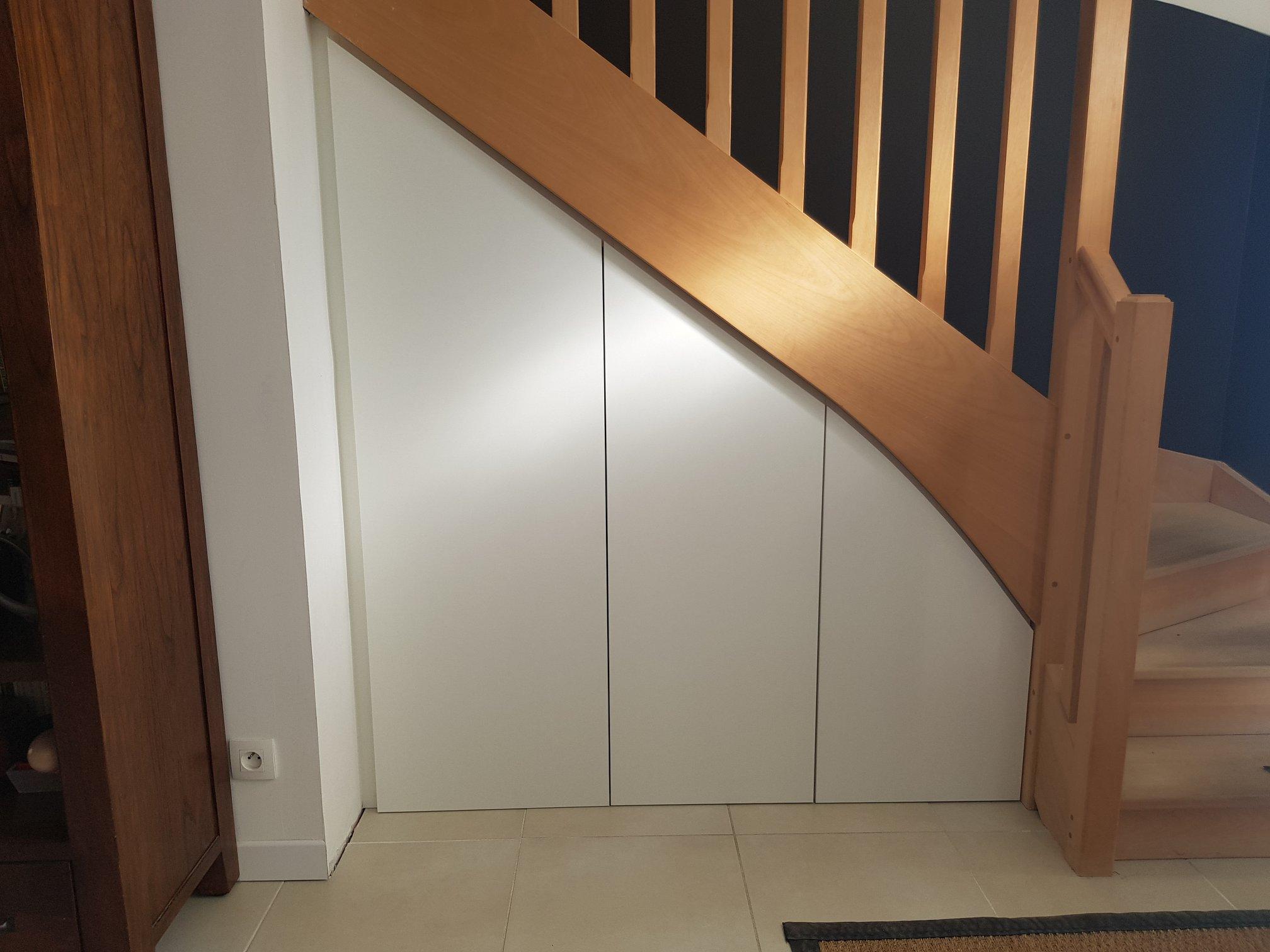 placard de rangement sous escalier blanc