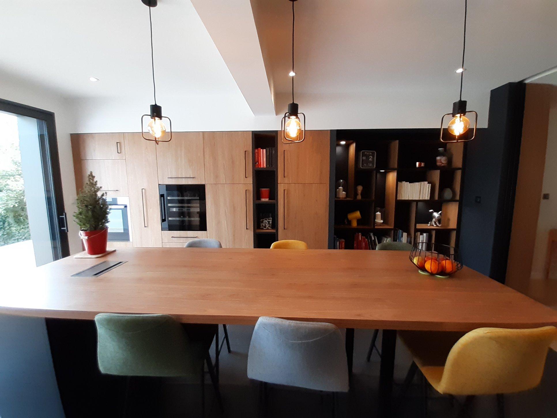 salon cuisine aménagé bois et noir